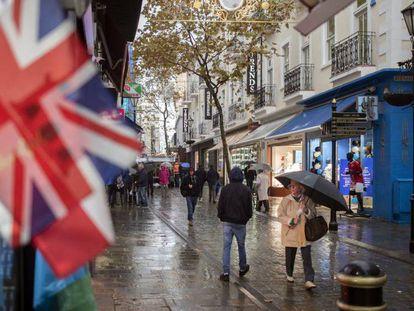 Una calle de Gibraltar. En vídeo, declaraciones de Pedro Sánchez.