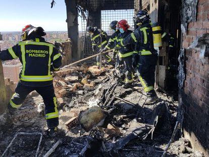 Bomberos tras sofocar el incendio en la torre el 29 de agosto en el norte de Madrid.