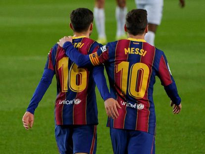 El debutante canario del FC Barcelona, Pedri, junto al capitán azulgrana Leo Messi.