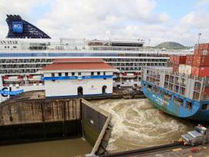 Vista panorámica de un grupo de barcos transitando por la esclusa de Miraflores en el Canal de Panamá. EFE/Archivo