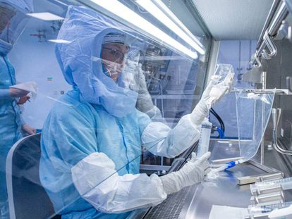 Un laboratorio de Marburg (Alemania) experimentando con una vacuna contra la covid-19.