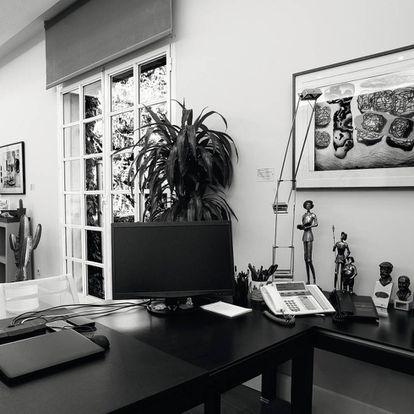En su despacho: tres quijotes, bustos de Iglesias y Azaña… y una herradura de la suerte.