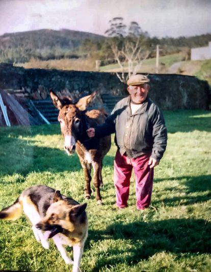 José Quintáns con el burro Luis y el perro Bebeto hace unos años /(Archivo familiar).