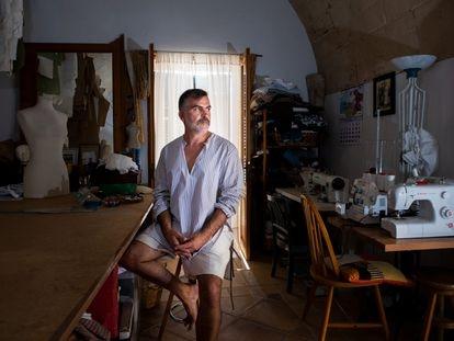 El diseñador Sebatián Pons, en su residencia de S'Alquería Blanca, en Mallorca, este jueves.
