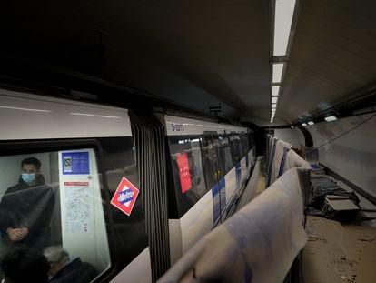 Un convoy de metro de la línea 5 pasa sin detenerse por la estación de Gran Vía, cerrada desde hace casi tres años.