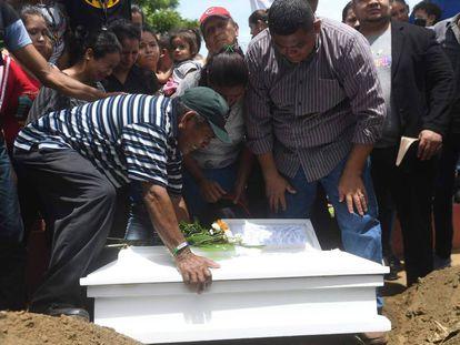 Familiares entierran al niño de 15 meses asesinado por encapuchados de un tiro en la cabeza.