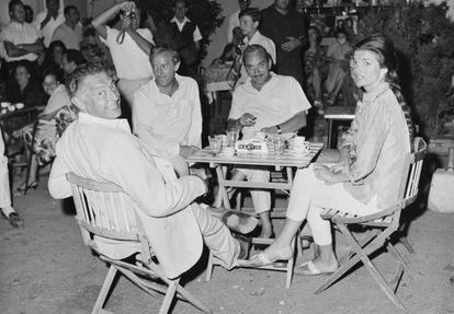 Jackie Kennedy durante el verano de 1962 con un grupo de amigos, entre ellos Gianni Agnelli (a su izquierda).