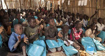 Niños nigerianos, este jueves, en la escuela primaria del campamento de refugiados Muna Garage, en Dikwa.