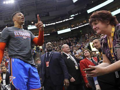 Westbrook responde a los insultos de un aficionado desde la grada.