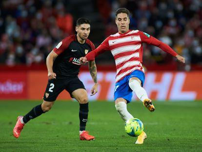 GRochina, autor del gol del Granada, controla el balón ante Montiel.