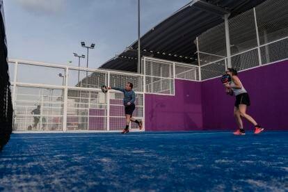 Una pareja mixta juega al pádel en la Ciudad de la Raqueta (Madrid) el pasado viernes.