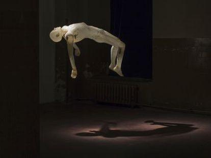 'La culpa', obra de Cecilia Paredes instalada en la exposición de Tabacalera en Madrid.