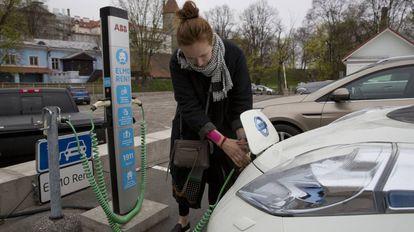 Usuaria de un coche eléctrico en Tallin, Estonia.