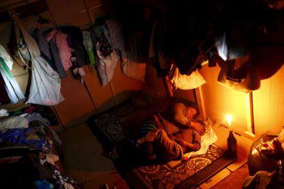 Una mujer en compañía de su hija en una choza en el Estado de Baja California, en México.