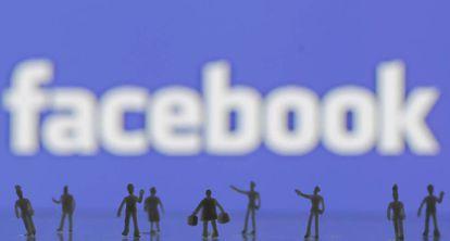 Figuras creadas con una impresora 3D ante el logo de Facebook.