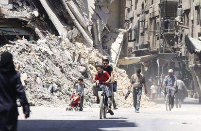 Niños en bicicleta en un suburbio de Damasco.