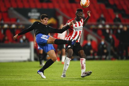 Vallejo despeja el balón ante Ibrahim Sangare.