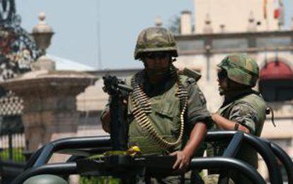 Militares patrullan este viernes las calles de Michoacán.