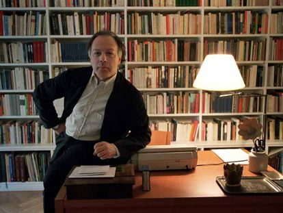 Javier Marías en su casa de Madrid.