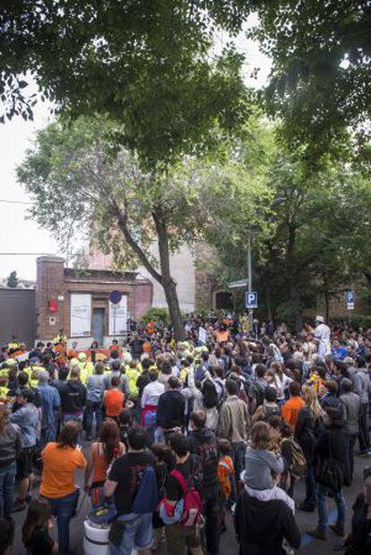 Vecinos de Sant Andreu tratan de ocupar una parte de Fabra y Coats, el pasado sábado.