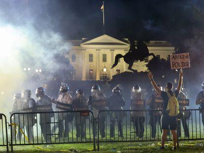 Una barrera antidisturbios, este domingo, frente a la Casa Blanca.