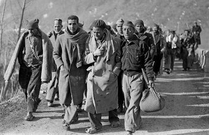 Soldados republicanos huyendo a Francia en 1939.