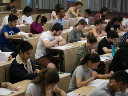 Estudiantes durante los exámenes de Selectividad, en Barcelona.