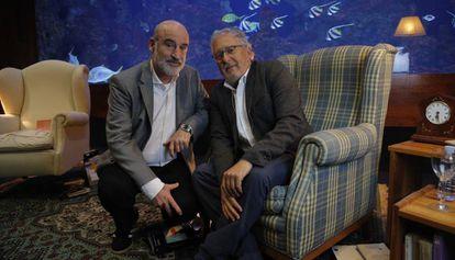 Los escritores Fernando Aramburu (i), y Héctor Abad Faciolince, este lunes en San Sebastián.