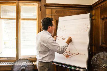 El proyectista dibuja un puente que ha diseñado para China. Su primera obra en el gigante asiático.