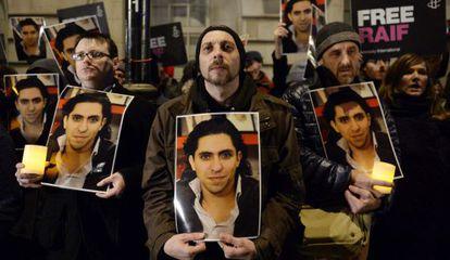 Varios activistas participan en una manifestación delante de la Embajada de Arabia Saudí en Londres (Reino Unido), el 22 de enero de 2015.