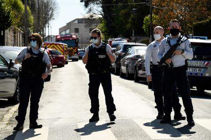 Varios agentes de policía bloquean una calle cerca de la comisaría de Rambouillet, donde se produjo el asesinato.