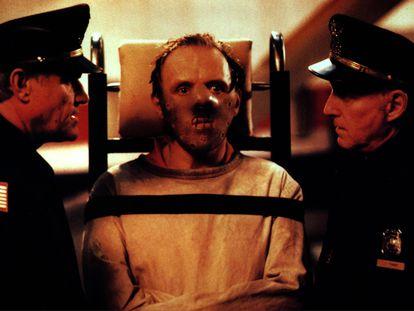 """Anthony Hopkins, en el centro, interpreta a Hannibal Lecter en 'El silencio de los corderos"""" (1991)."""