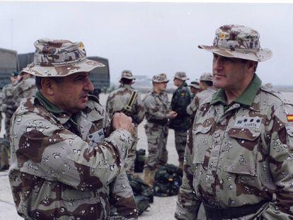 De izquierda a derecha, el general Fulgencio Coll y el general Alberto Asarta, ambos políticos hoy de Vox, en Irak en 2003.