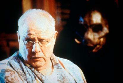 Marlon Brando junto a una de sus criaturas en 'La isla del Dr. Moreau'.
