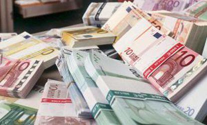 En la imagen, fajos con billetes de euro en un banco.