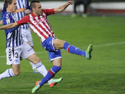 Santi Jara, autor del segundo gol del Sporting, chuta a puerta.