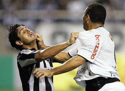 Ronaldo se enzarza con el jugador del Botafogo Fahel.