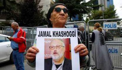 Un activista sostiene una foto de Khashoggi.
