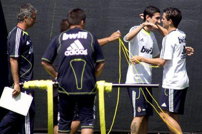 Angel Di María saluda a Fernando Gago, en uno de sus primeros entrenamientos con el Real Madrid, ante la mirada de Jose Mourinho.