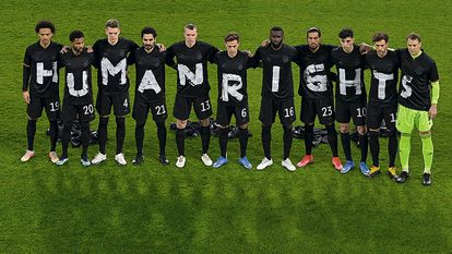La selección alemana manda un recado a Catar antes de un partido en casa el marzo pasado.