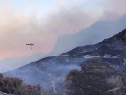 Labores de extinción del incendio en Artenara, Gran Canaria.
