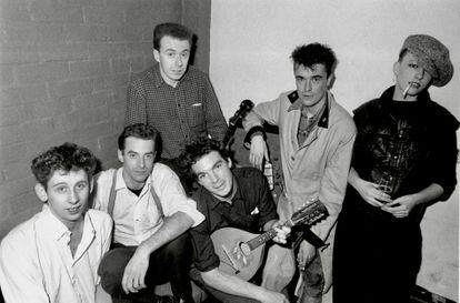 De izquierda a derecha los miembros de The Pogues Shane MacGowan, Cait O'Riordan, Andrew Rankin, Jem Finer, Spider Stacy y James Fearnley en 1984.