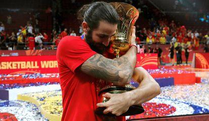 Ricky Rubio abraza el trofeo de Campeón del Mundo.