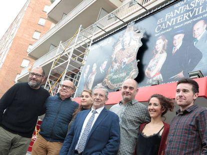 El elenco artístico de 'El fantasma de Canterville', con Joan Pera en el centro, ante el Condal.