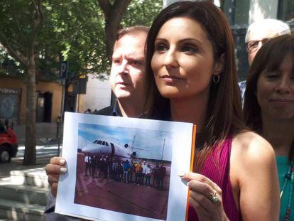 Lorena Roldán muestra la imagen de la avioneta que trasladó a Ribó a Berlín