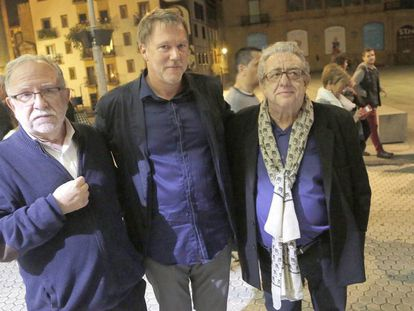 El director del documental, Justin Webster, junto a Luis Aizpiolea y José María Izquierdo en el estreno en San Sebastián.