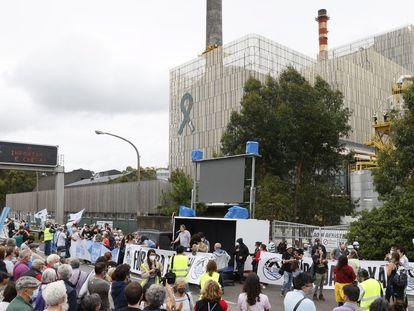 Miles de personas en una protesta ante la entrada de la empresa de celulosas Ence, en Pontevedra.