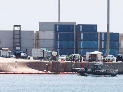 """Los equipos de rescate durante la búsqueda el pasado domingo del segundo de los desaparecidos del buque """"Nazmuye Ana"""" en el puerto de Castellón."""