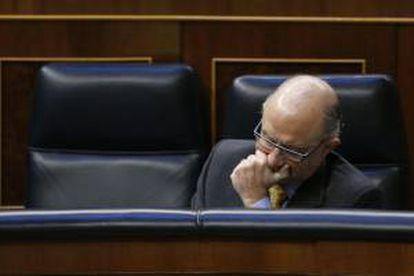 El ministro de Hacienda, Cristóbal Montoro, durante la sesión de control al Ejecutivo que hoy celebra el Congreso de los Diputados.