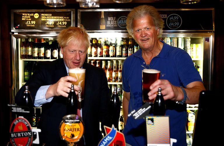 Boris Johnson posa con Tim Martin, responsable de JD Wetherspoon, en Londres.